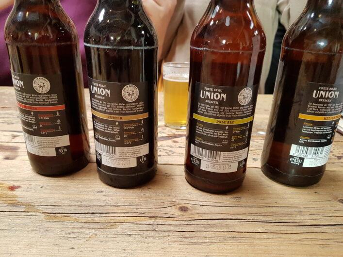 Bierflaschen mit den verschiedenen Bieren aus der Bierprobe