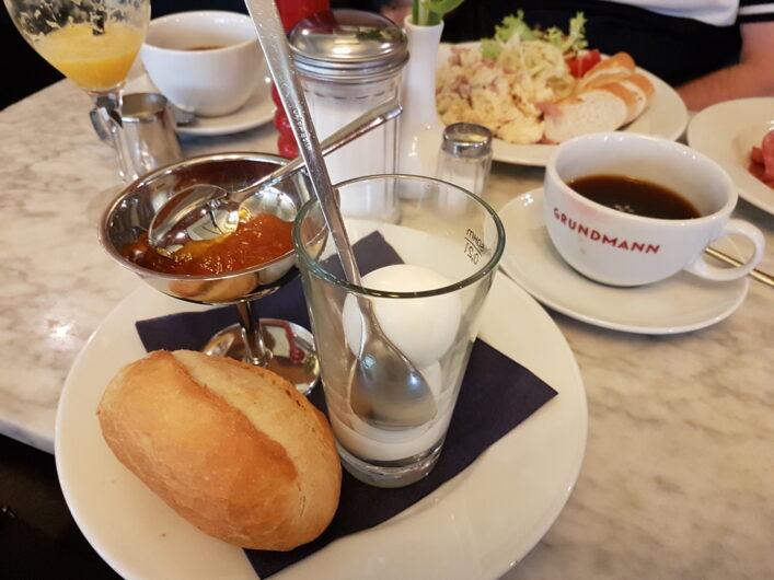 Frühstück im Café Grundmann mit Brötchen, Marmelade und Eiern in verschiedenen Varianten