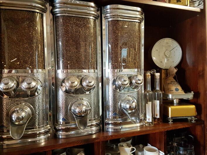Behälter mit gerösteten Kaffeebohnen im Laden von Lloyd Kaffee