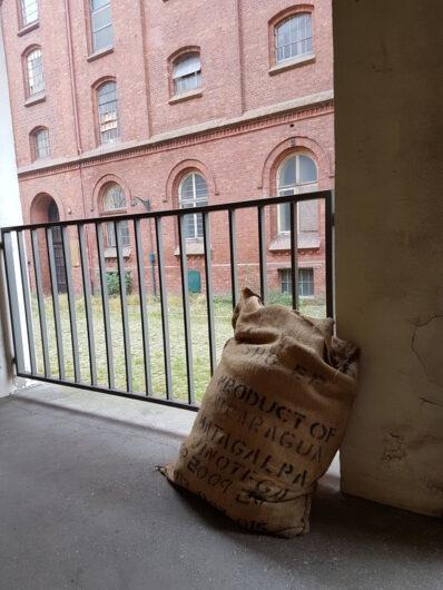 Kaffeesack auf dem Weg zum Marmorsaal bei Lloyd Caffee