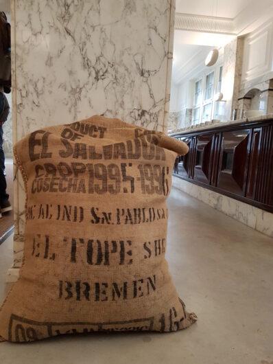 Kaffeesack an einer Säule im HAG-Marmorsaal