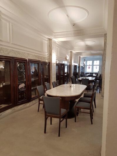 Tische im historischen Ambiente des HAG-Marmorsaals
