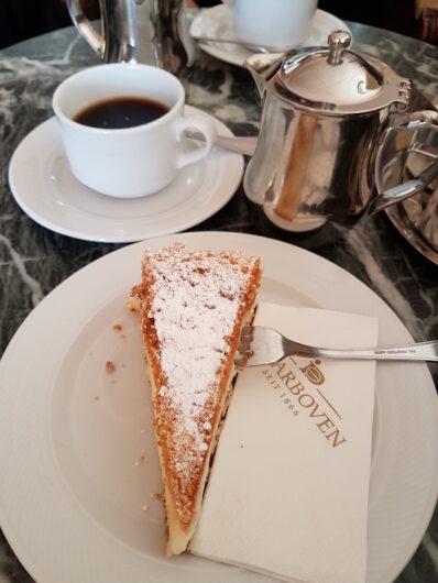Streuselkuchen mit Pudding und einem Kännchen Kaffee im Café Riquet