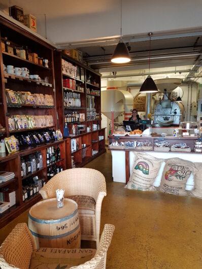 Laden von Lloyd Coffee mit Blick auf die Röstmaschinen im Hintergrund