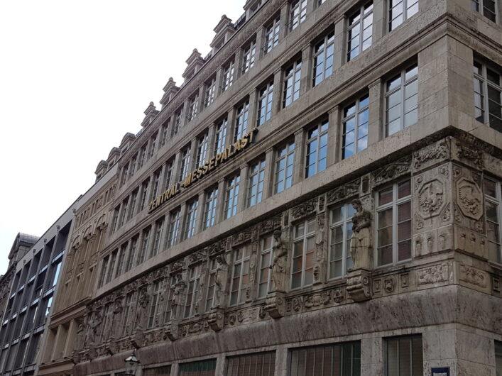 schön verzierte Fassade des Zentralen Messepalastes in Leipzig