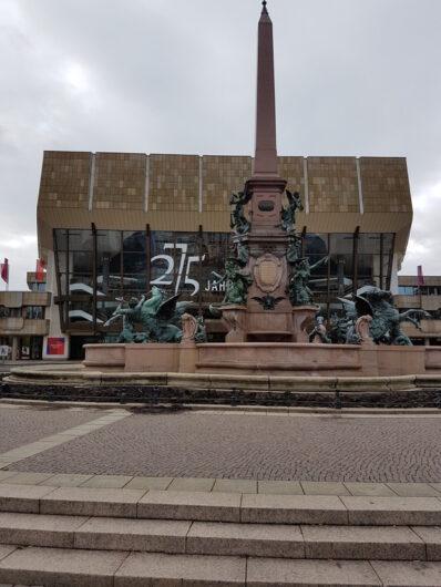 Blick auf das Neue Gewandhaus mit dem Brunnen davor auf dem Augustplatz