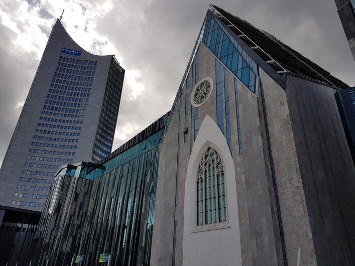 MDR-Kubus mit dem City Hochhaus Leipzig daneben
