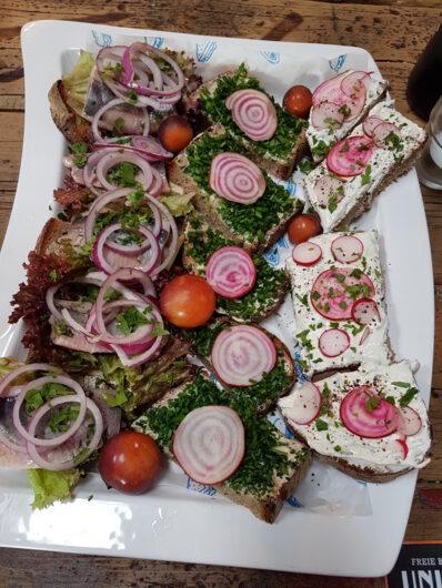 schön dekorierte Platte mit leckeren belegten Broten in der Braugaststätte der Union Brauerei