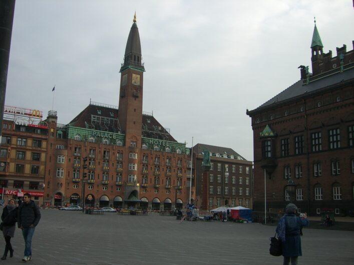 Backsteinbauten rund um den Rathausplatz von Kopenhagen