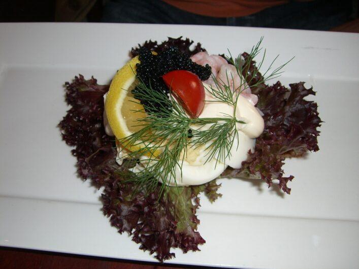 Smörebrod mit Shrimps und Zitrone
