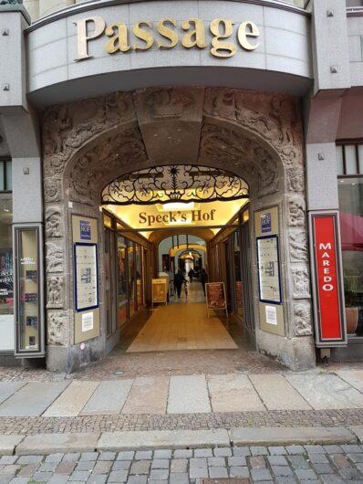 Eingang in die Einkaufspassage Speck's Hof mit netten kleinen Läden