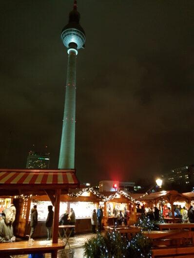Buden auf dem Weihnachtsmarkt am Roten Rathaus und Blick auf den Fernsehturm dahinter