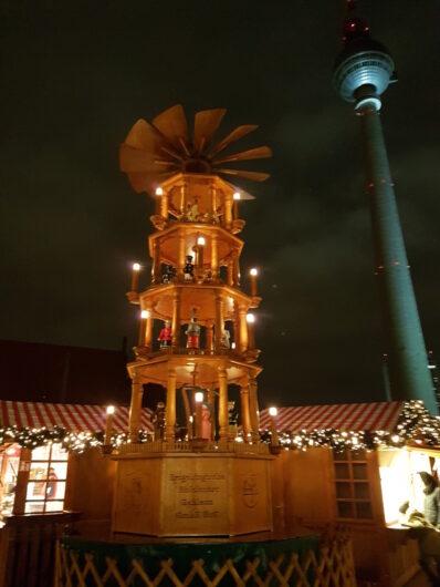 Holz-Pyramide auf dem Weihnachtsmarkt am Roten Rathaus