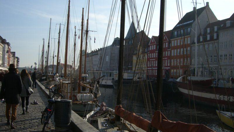 Hafenarm in Nyhavn mit Segelschiffen