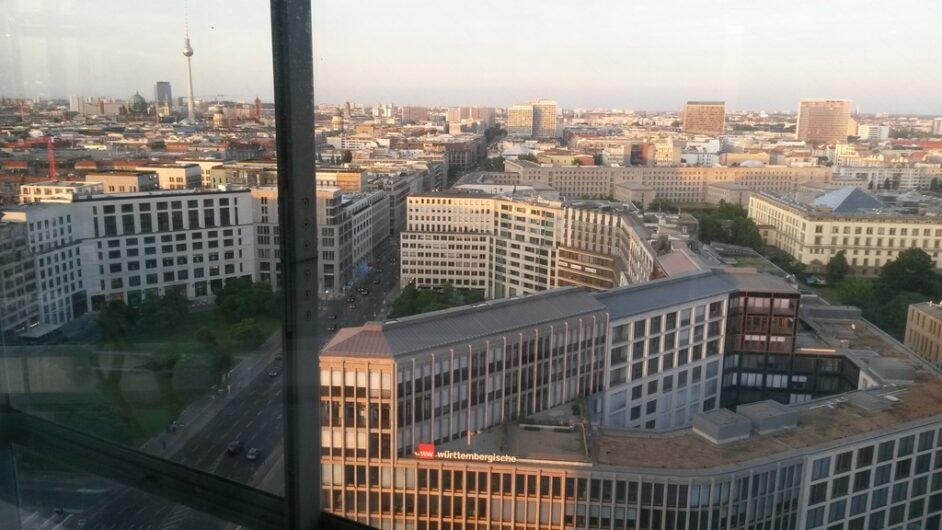 Blick am Potsdamer Platz auf die östliche City Berlins bis hin zum Fernsehturm am Alexanderplatz