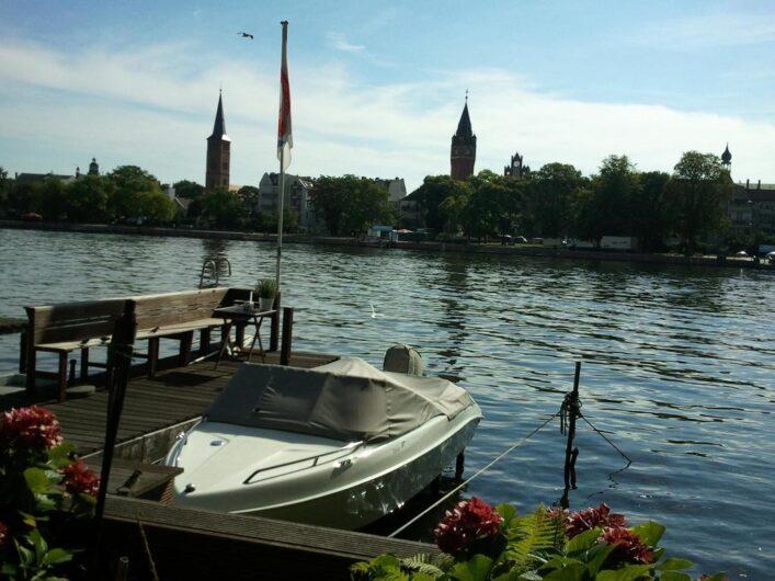 Blick vom Ufer auf die Altstadt von Köpenick