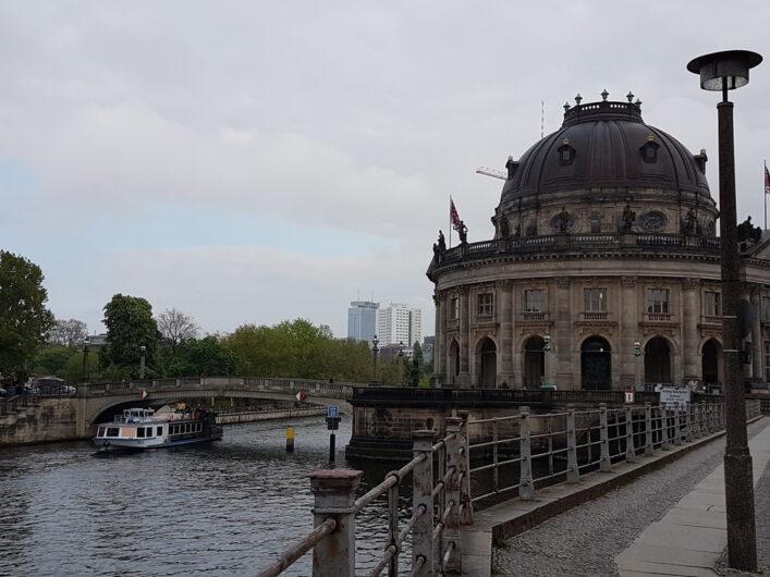 Stadtrundfahrtboot auf der Spree an der Museumsinsel