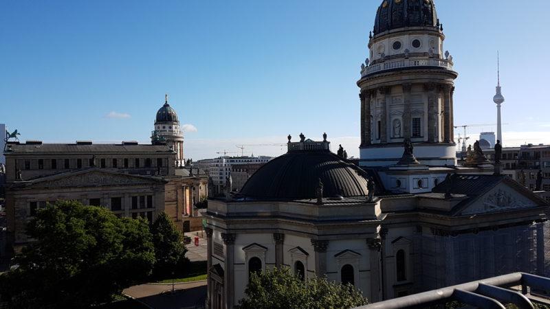 Blick von oben auf den Gendarmenmarkt mit dem Deutschen Dom im Vordergrund