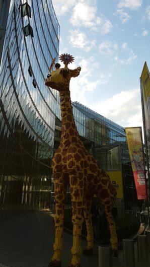 eine Lego-Giraffe vor dem Legoland in Berlin