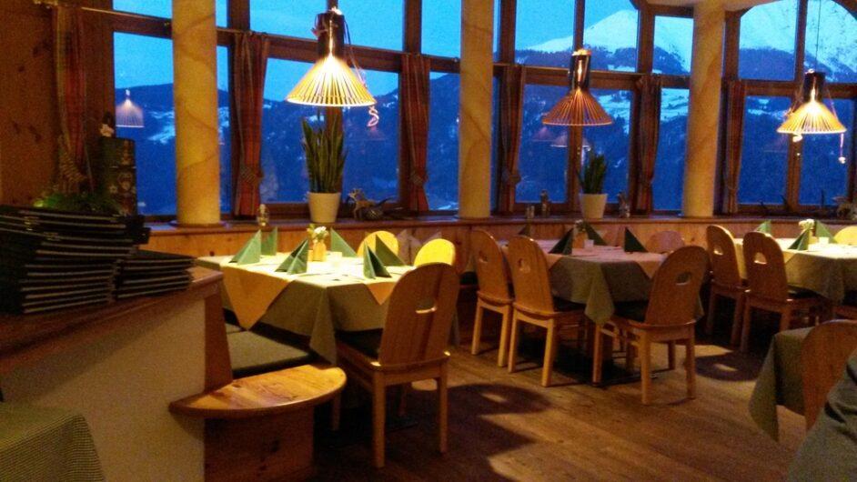 Panoramarestaurant mit Blick auf die gegenüberliegenden Berge im Rauthof