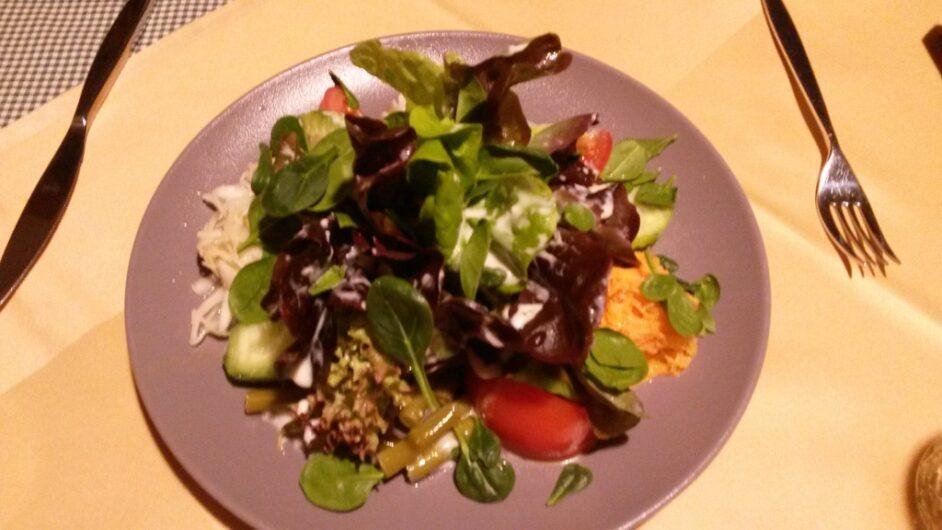 großer Salat im Rauthof in Ladis