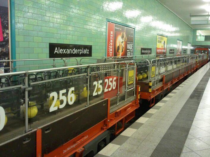 Wagen für die Fahrt mit dem U-Bahn-Cabrio in der U-Bahnstation Alexanderplatz
