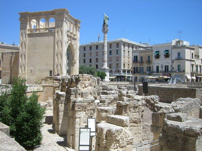 Blick auf die Säulen des Amphitheaters in Lecce
