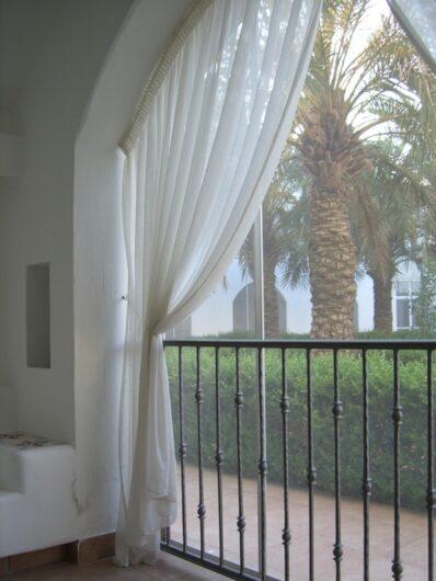 Blick von der kleinen Terrasse am Zimmer in den Innenhof