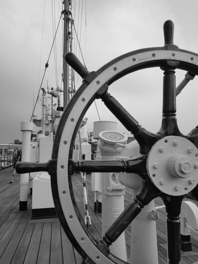 Steuerrad auf der FMS Gera in Bremerhaven als Schwarz-Weiß-Foto