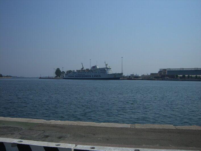 Blick auf den Hafen von Brindisi und eine dort liegende Griechenlandfähre