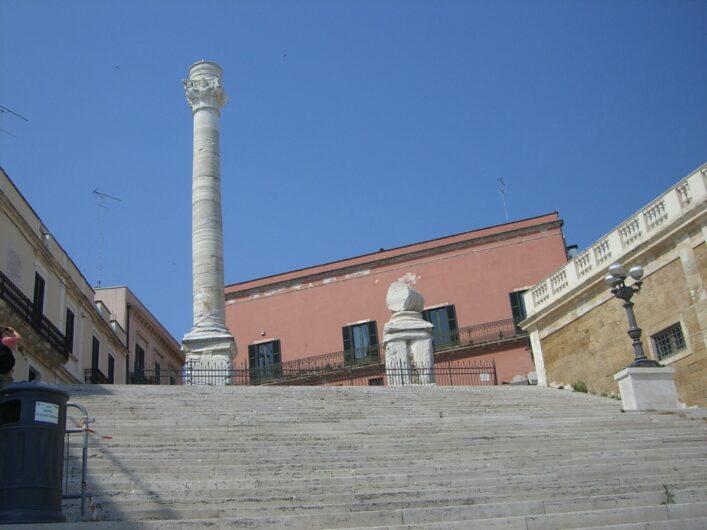 Blick auf die Säule am Ende der Via Appia in Brindise