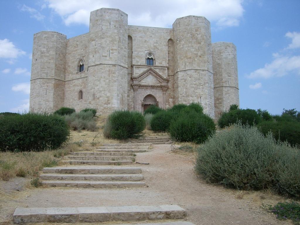 Castel del Monte - achteckige Festung des Stauferkaisers Friedrich in der Provinz Andria in Apulien