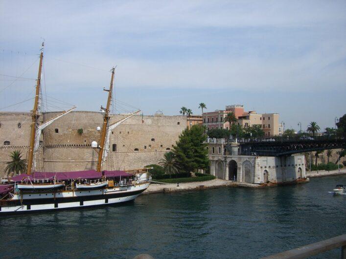 das Castello Aragonese mit der Brücke in die Altstadt von Taranto