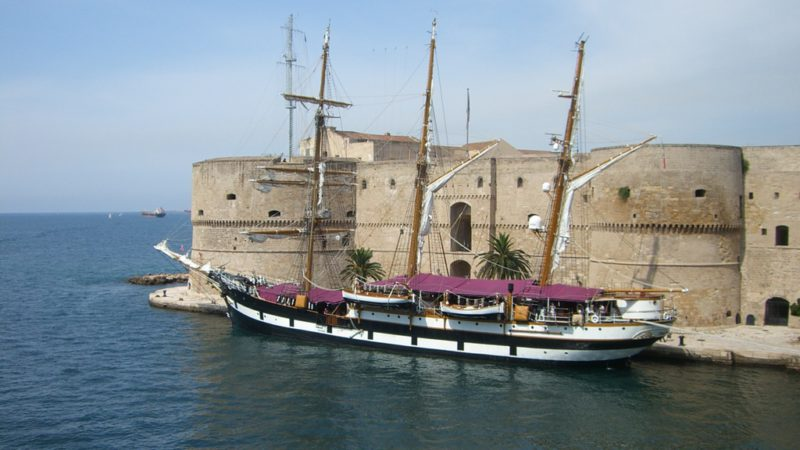 Castello Aragonese in Taranto mit einem alten Dreimaster davor