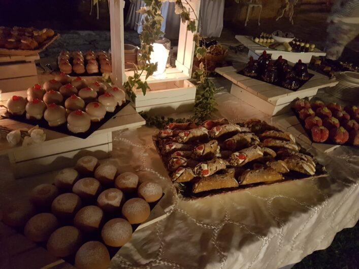 großes Buffet mit verschiedenen Süßspeisen als Dessert zu Ferragosto
