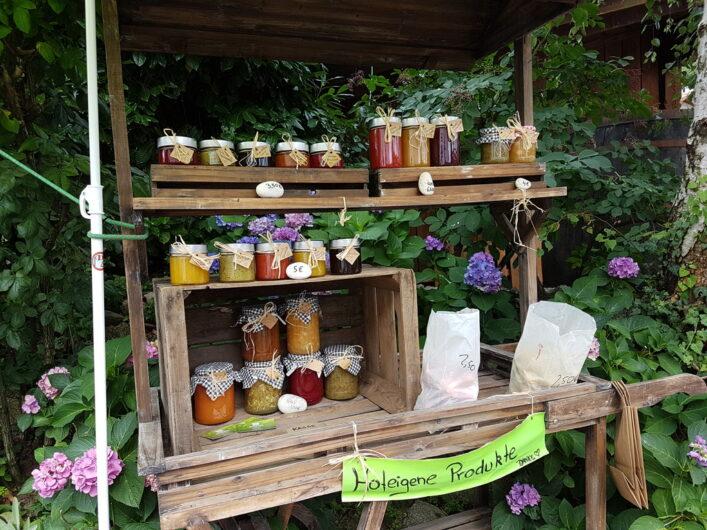 Verkauf hofeigener Marmeladen und Früchte an einem Verkaufsstand in Südtirol