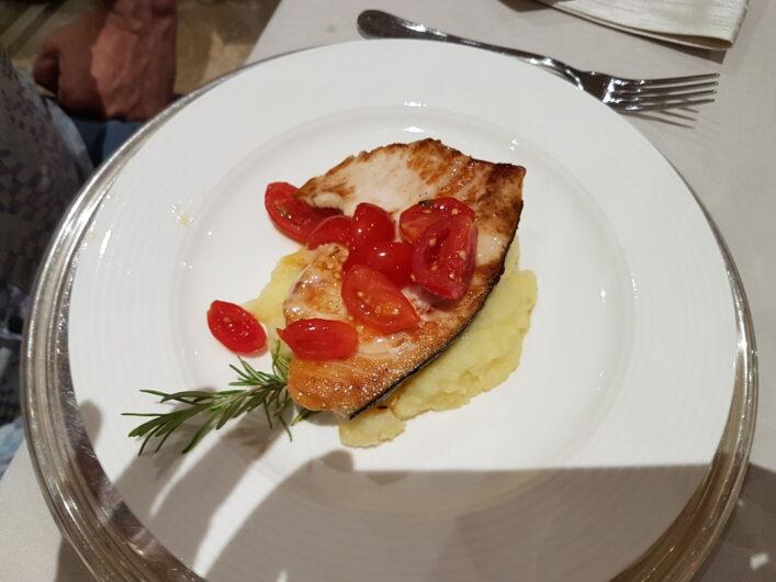 Fisch zum Hauptgang beim Dinner