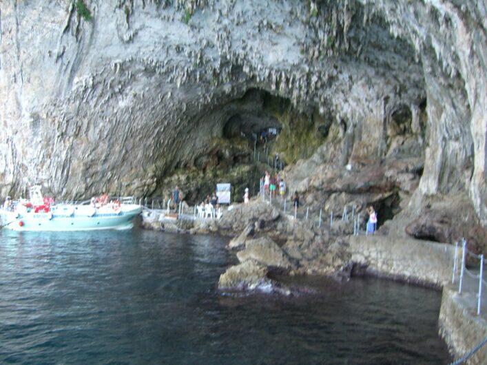 Eingang der Grotta Zinzulusa mit Ausflugsbooten davor