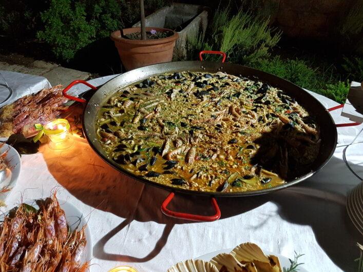 warme Speisen auf dem Dinner-Buffet an Ferragosto