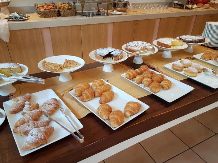 Kuchenauswahl auf dem Frühstücksbuffet