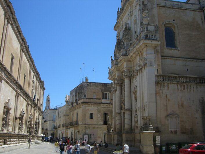 Blick auf eine Straße in Lecce mit Gebäuden aus dem typischen Tuffstein der Region