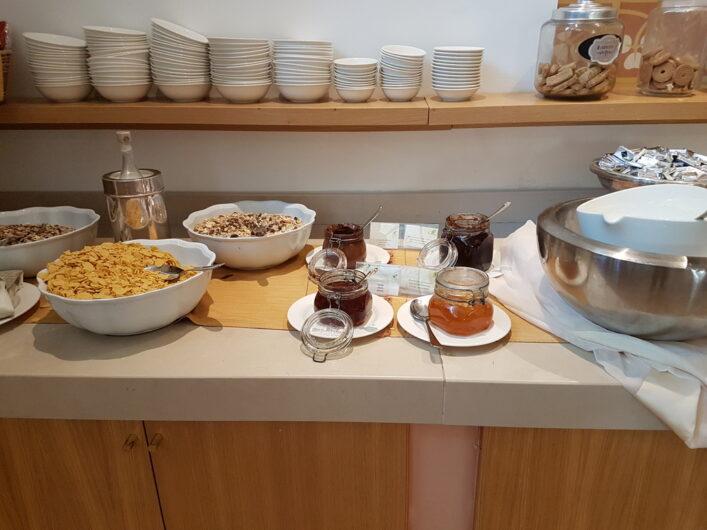 Marmelade und Müsli auf dem Frühstücksbuffet