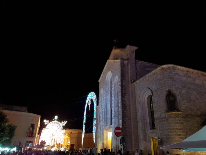 die Kirche von San Michele Salentino mit Blick auf die Lichter-Dekoration