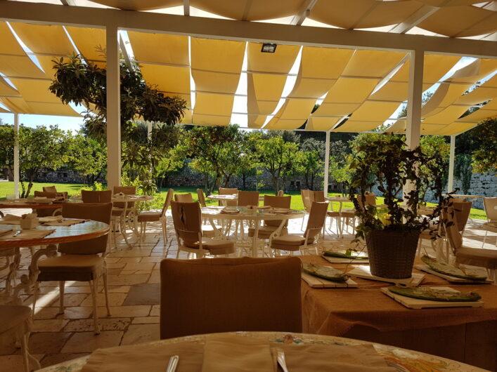 Terrasse im Zitrusgarten eingedeckt für das Frühstück