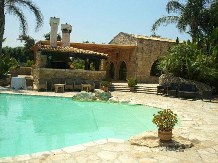 Blick auf den früheren Pool mit Grill und einem Teil des Restaurant-Bereichs