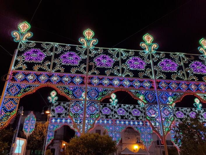 Dekoration aus bunten Lichtern in San Michele Salentino zum Patronatsfest