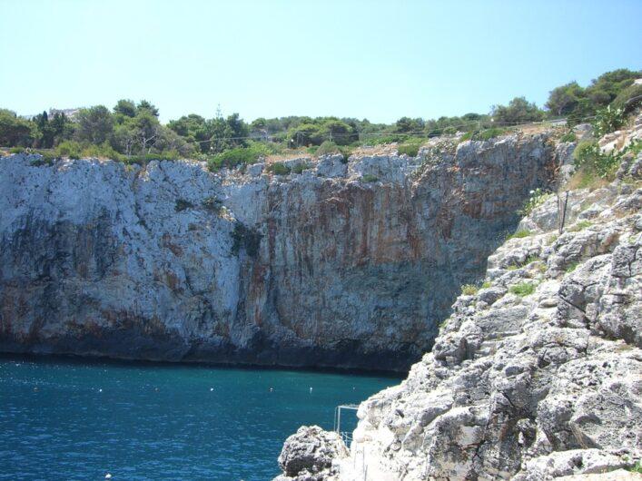 schroffe Felsen bei der Grotta Zinzulusa