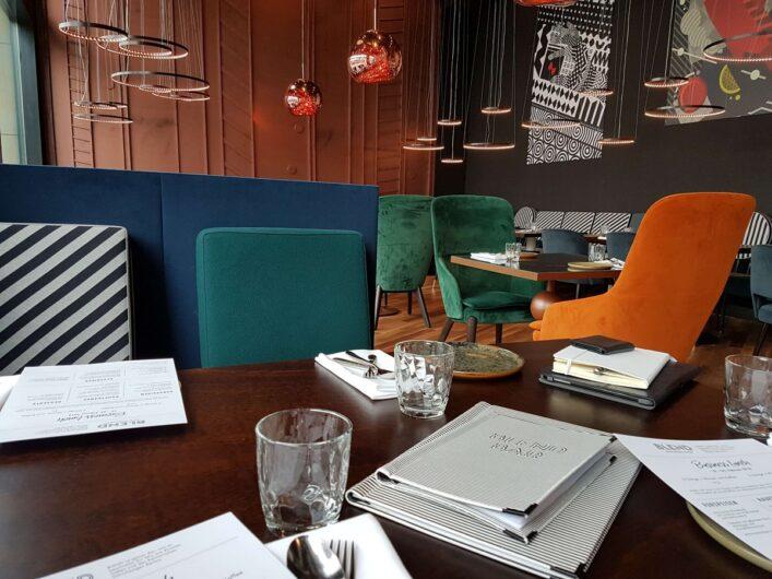 Speisekarten und ein gedeckter Tisch beim Lunch im Schweizerhof