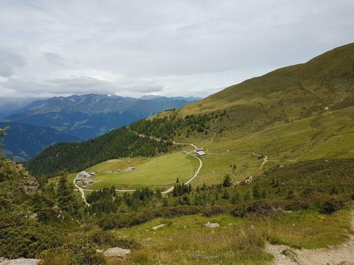 Blick auf den Tallner Alm Kaser, die Hirzerhütte und die Resegger Alm im Hirzergebiet