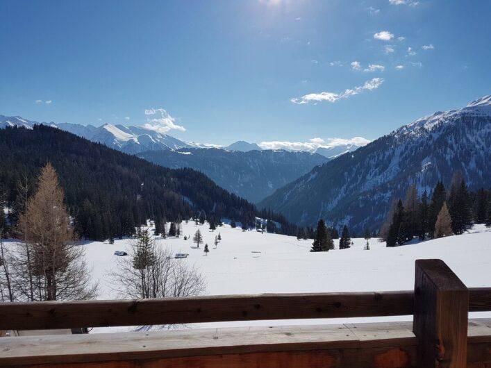 Ausblick auf die verschneite Tiroler Bergwelt hinter der Hög Alm in Serfaus